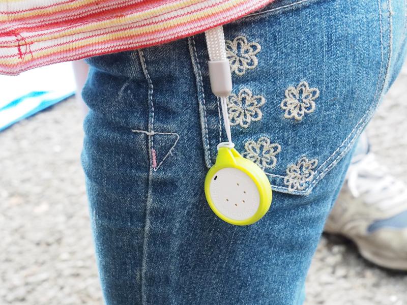 娘のパンツにぶら下げたところ。ポケットに入れてもいいが、少しでも感度を上げたいので外に着けた