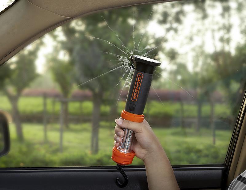 ハンマーは、自動車の緊急脱出用としてドイツ「GSマーク」認証試験に準じたテストをクリア。緊急時には窓を割って脱出できる