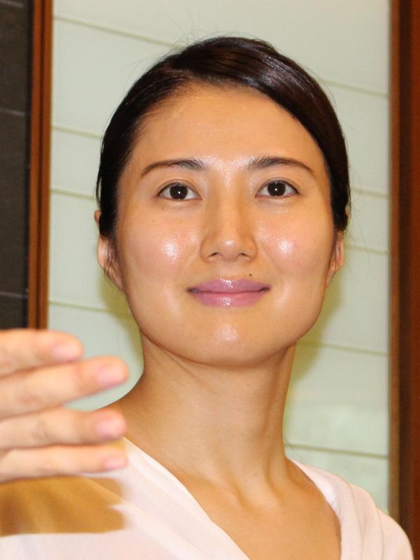 施術後のモデルさん。今回は左半分だけ施術した。頬の位置が上がっているように見える
