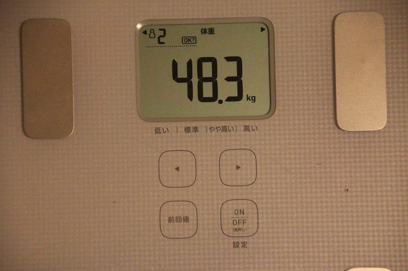 縦置きしてた本体だが、測定値は正確だった。体重は100g表示
