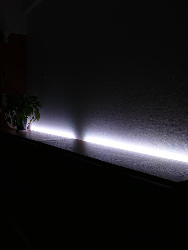 貼レルヤ単体を点灯した様子。非日常的なインテリアライトとしても活用できる。明るさが変えられるので常夜灯代わりにも利用できる