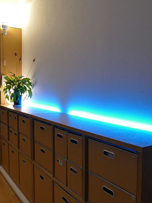 ライトブルーの光をプラスして、涼し気な印象のくつろぎの時間が演出できる