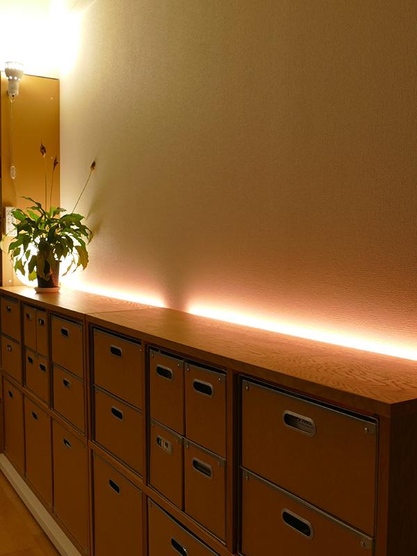 オレンジ色の光をプラスすれば、電球色だけよりもより暖かみのある空間が演出できる