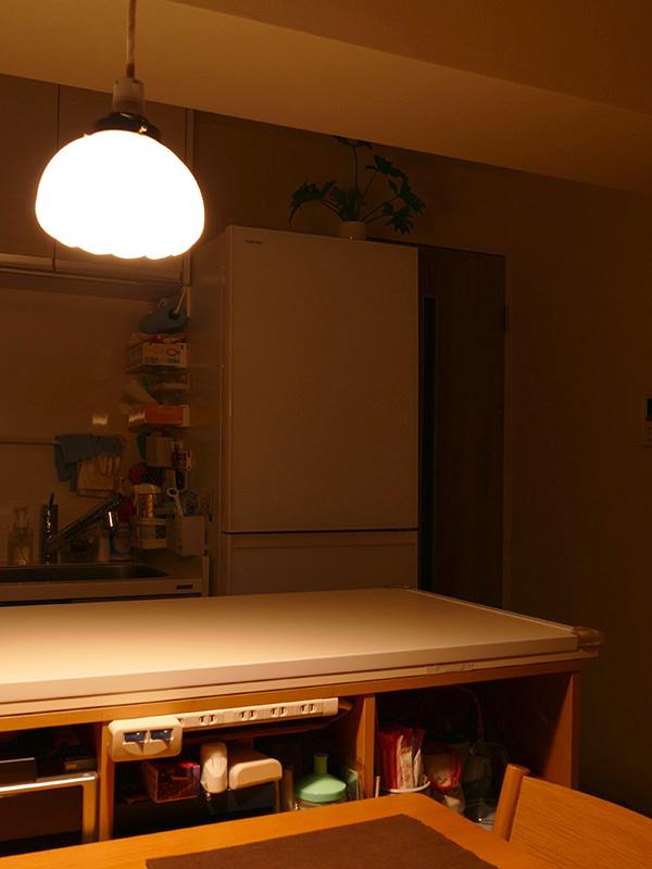 ペンダントだけでダイニングテーブルだけを照らした場合、キッチン側はどうしても薄暗くなる。冷蔵庫の周りの影が重い