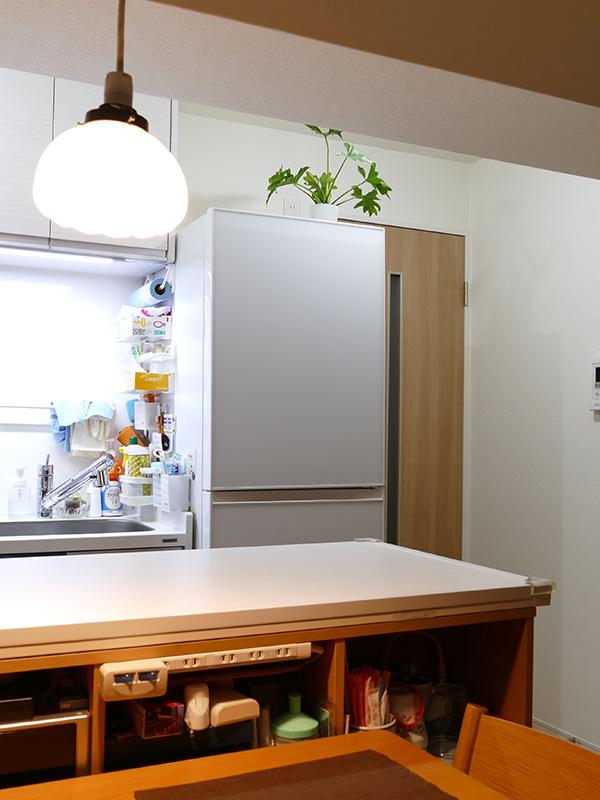 キッチン側の天井光を点灯すると、食事時でもキッチンの細々としたものが目に入り、雑然とした印象になってしまう