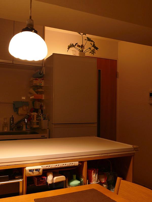 冷蔵庫の上に取り付けて山吹色で点灯。冷蔵庫周りの暗闇が消え、雰囲気が良くなった。キッチンの細々したものも気にならない