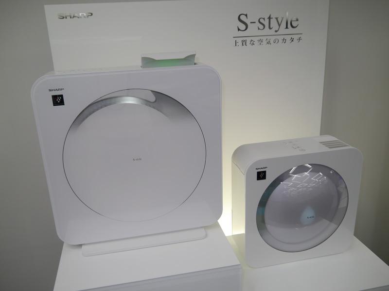 今回新たに投入した「S-Style」の製品。左が空気清浄機「FP-FX2」、右が加湿機の「HV-EX30」