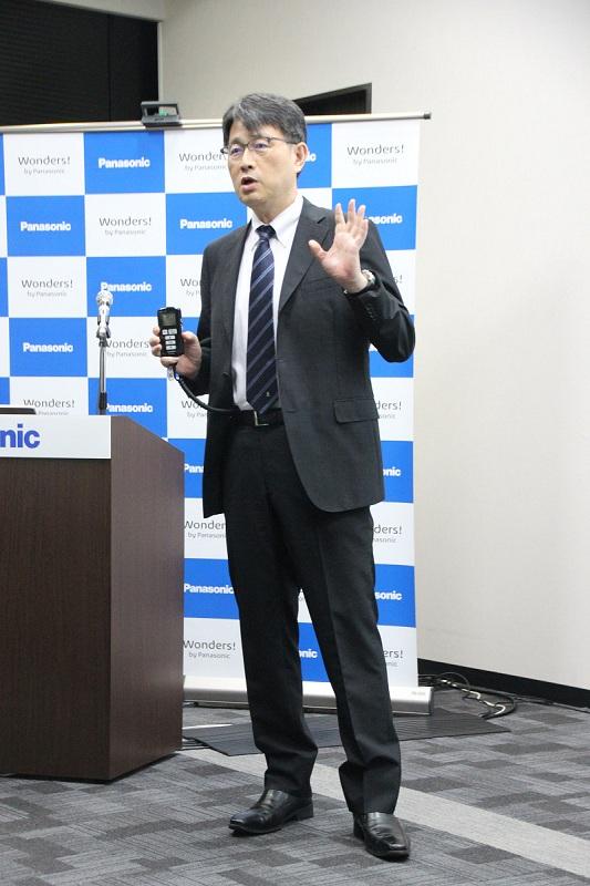 久留米大学医学部・志波直人教授。スーツの下にひざトレーナーを装着している
