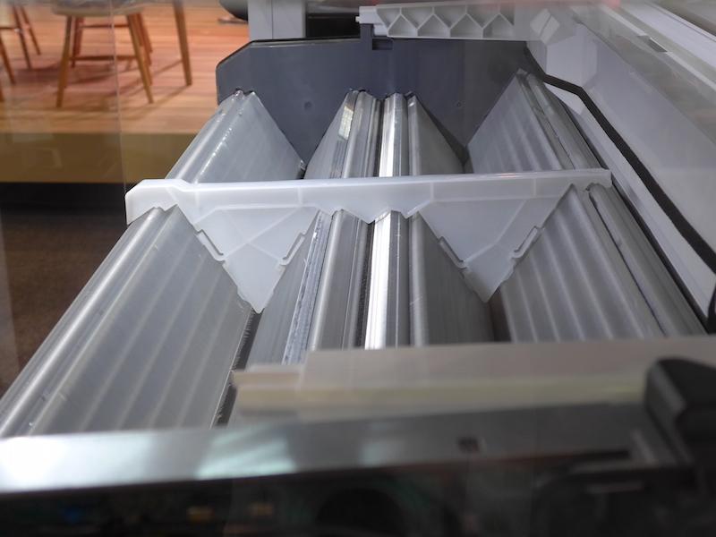 熱交換器は表面積を上げるためW形に。