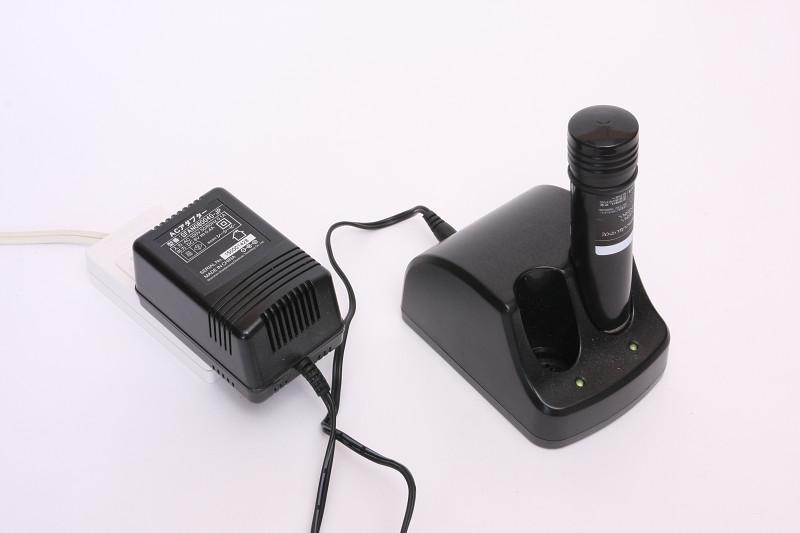 充電器は2本を同時充電できるようになっているが、標準添付は1本のみ
