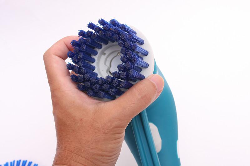 ブラシ取り付け部分のミゾに合わせてブラシを差し込む