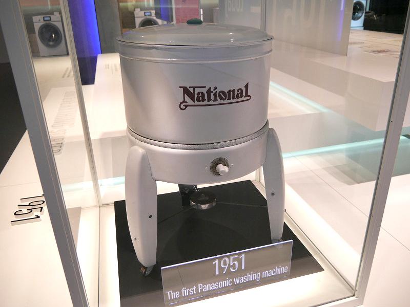 1951年に発売したパナソニックの第1号洗濯機を展示