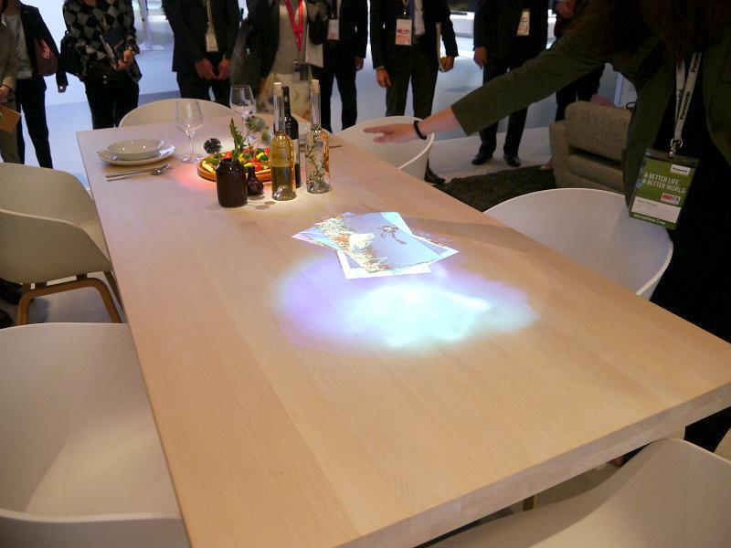 プロジェクター機能を併せ持つダウンライトで、テーブルを演出するスマートダウンライト