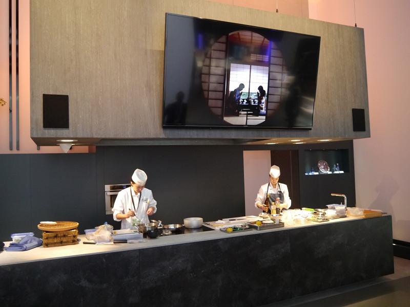 辻調理師学校の講師によるIHクッキングヒーターを用いた和食の料理デモを実施