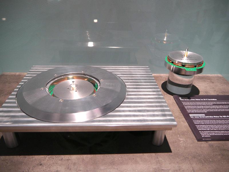 参考展示されたダイレクトドライブ方式アナログターンテーブル