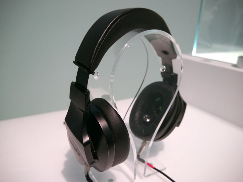 プレミアムステレオヘッドホン「EAH-T700」も展示。欧州で2015年内に発売する