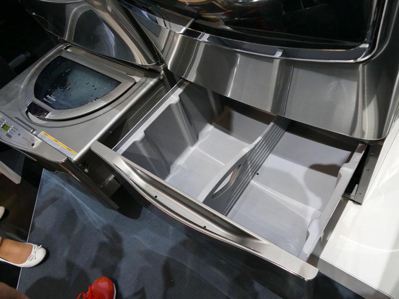 同シリーズの乾燥機は、下部分が収納スペースになっている