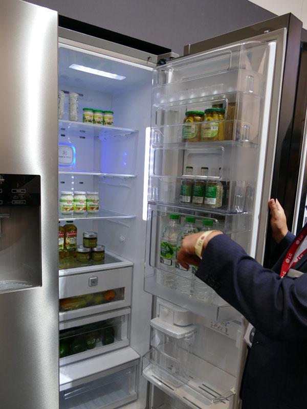 冷蔵室庫内に入っているものを取り出す時は、内側のドアを開ける