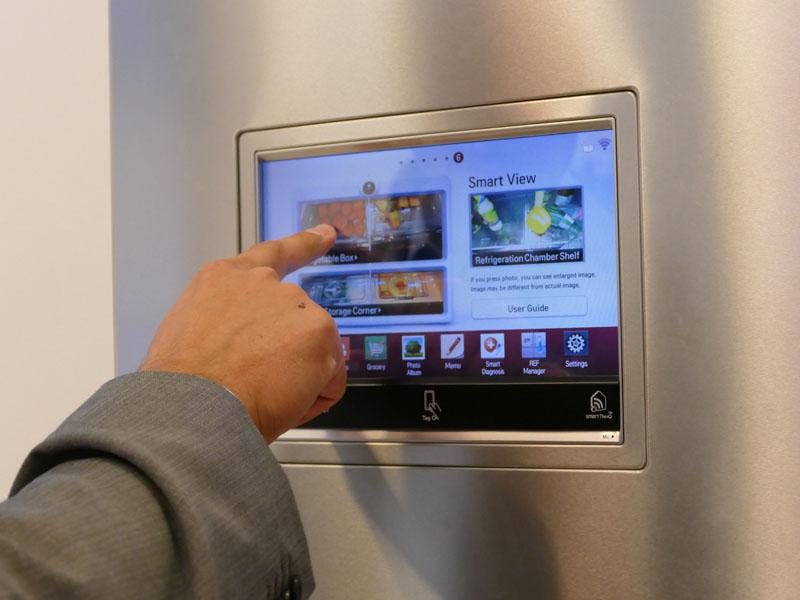 冷蔵庫の外側には、中の様子が確認できるパネルが取り付けられている
