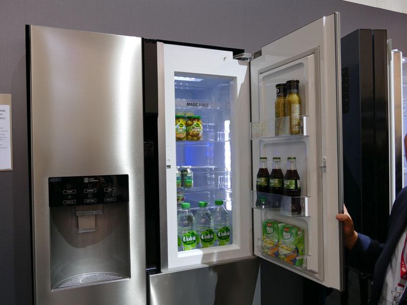 飲み物などドアポケットに入っているものを取り出すときは外側のドアだけを開ける