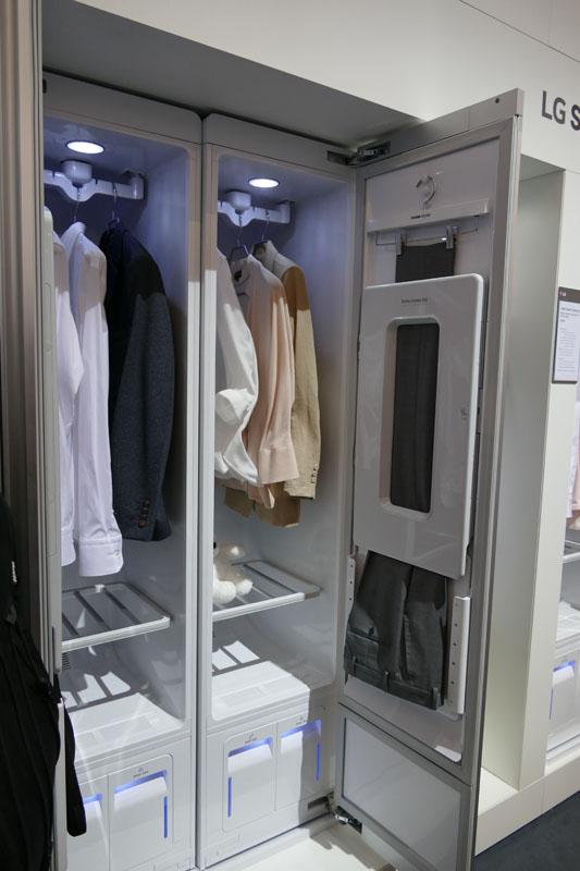 シャツやジャケットをかけておくだけで、脱臭やシワとりなどの効果が期待できる