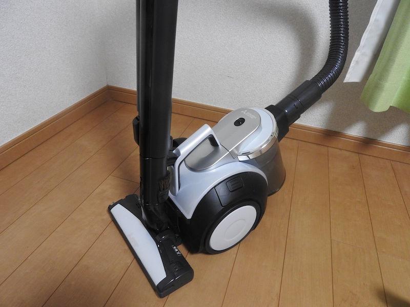 一台に2役! コンパクトで掃除機としても優秀だ。本体を立てられないので、収納時にちょっと場所をとるのが残念