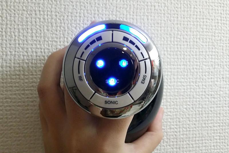 電源を入れると青く点灯する