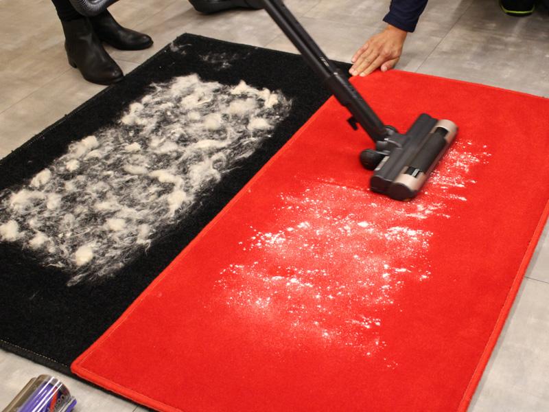 米粉を撒いたカーペットの上を国内メーカーのサイクロン式掃除機で一往復する