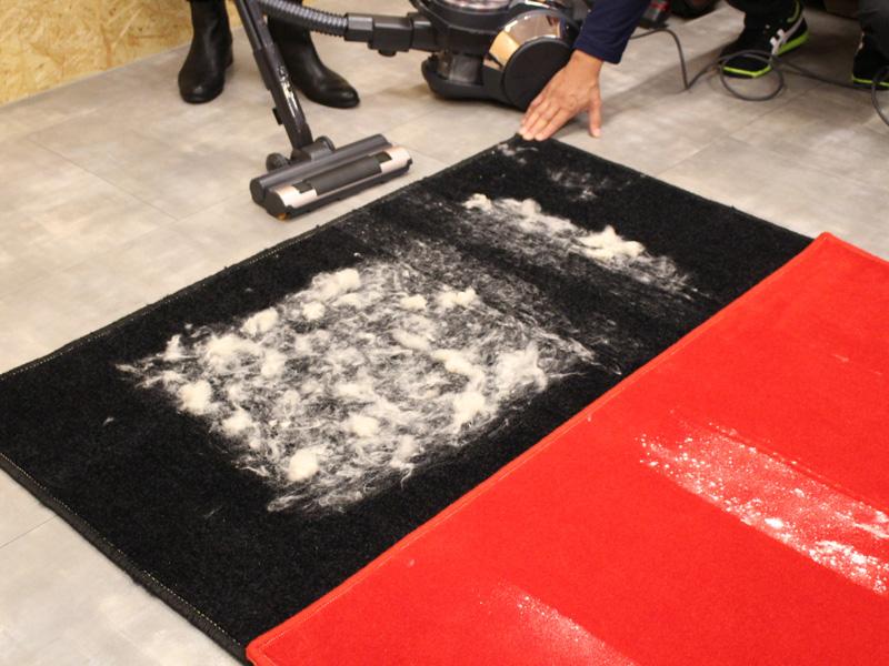 次に抜け毛に見立てた綿を撒いた。まずは国内メーカーのサイクロン式掃除機を一往復