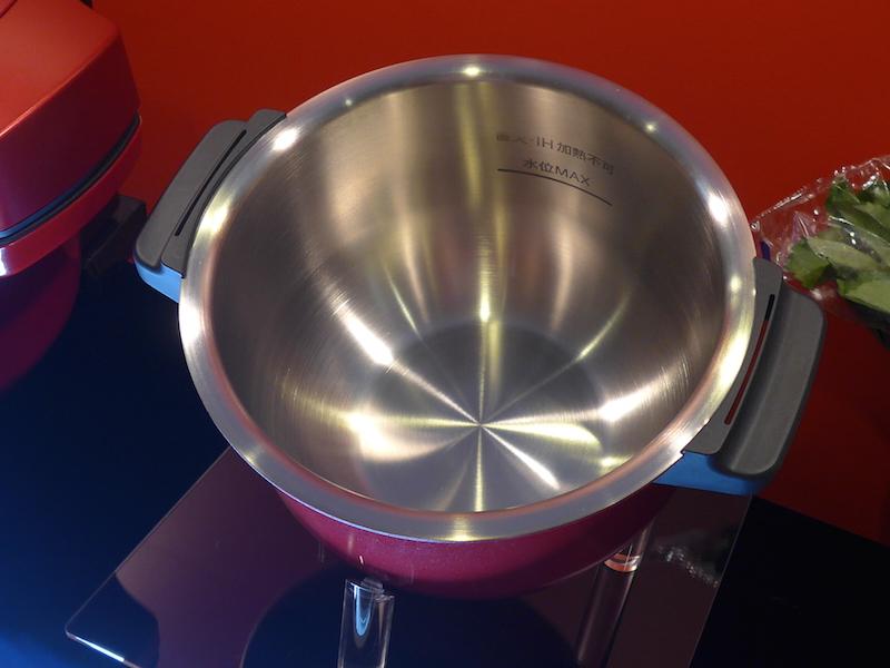 ステンレスとアルミで作られた内鍋が付属。8,000円前後(税抜)で別売りされるため、買いますこともできる