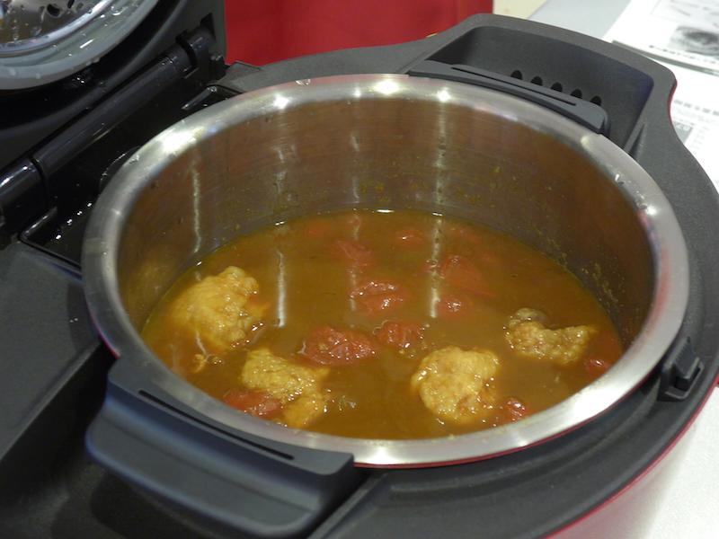 調理した後の「無水カレー」。煮物などもホットクックで調理したもの