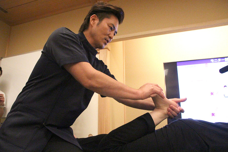 波多野先生による骨盤矯正の施術