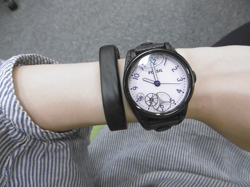 腕時計と比較すると細さが分かる