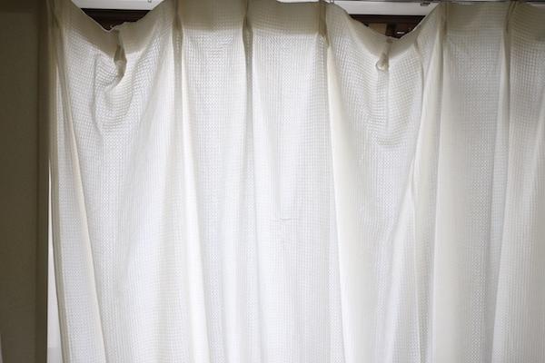 おそらく15年以上使っていたカーテン。生地は薄っぺらく、遮光も断熱もあったもんじゃない