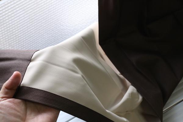 遮光カーテンの裏地はアクリル樹脂コーティング加工されている。合皮に近い触感だ