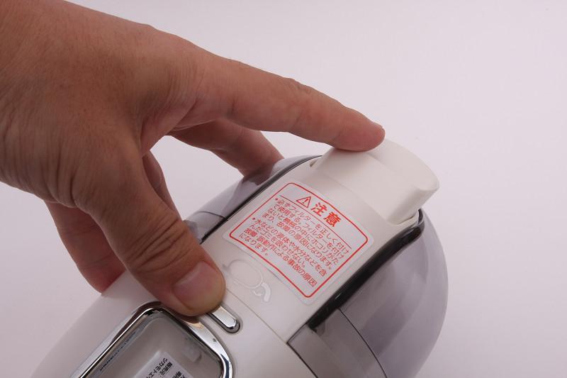 ボタンを押しながらノズルを本体内に押し込む