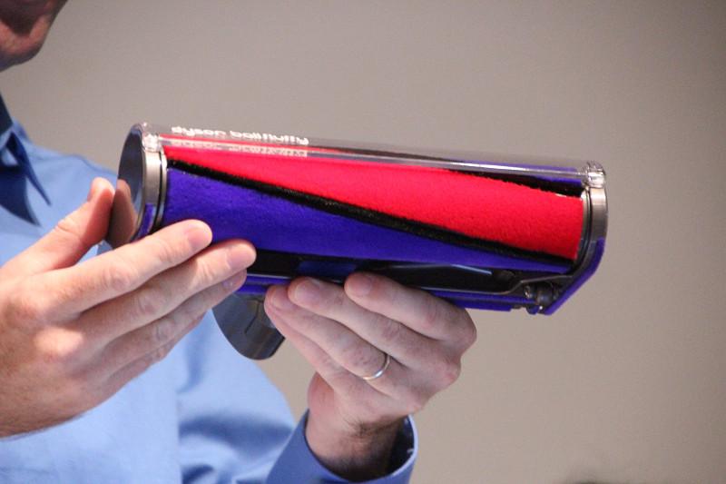 柔らかいナイロンフェルトとカーボンファイバーブラシの「ソフトローラークリーナーヘッド」