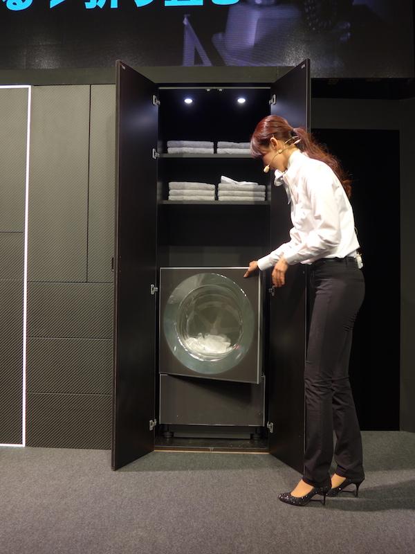 会場では折り畳み機の実演が行なった。まずは洗濯乾燥機から、乾いたTシャツを取り出す