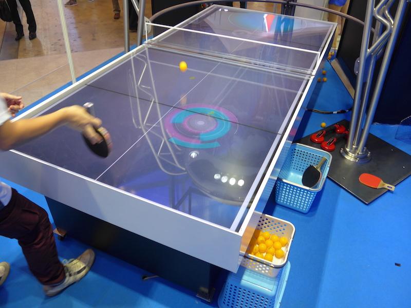 あらかじめ、どの位置に球を返してくるかがテーブル上に丸い輪っかで表示される