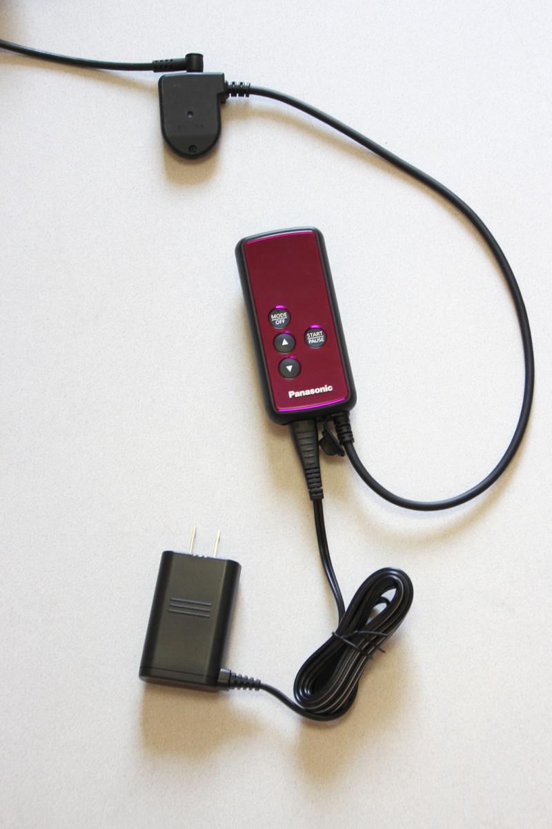 充電する際はアダプターをリモコンと接続する