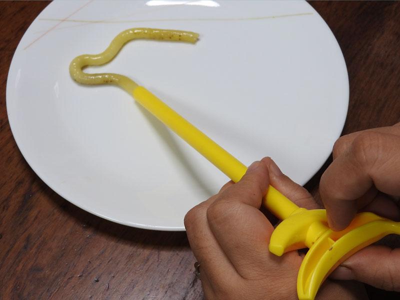 パイプに詰まったバナナはお掃除スティックで押し出すととれる