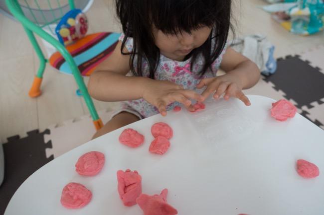 よくある食紅で作ってみたピンク色の小麦粉粘土、夢中で遊んでる