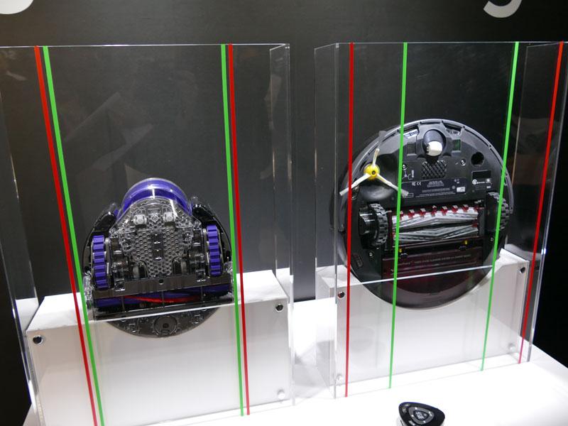 他社製品(右)は、本体幅に比べてブラシ幅、吸い込み口幅が狭いことを指摘した