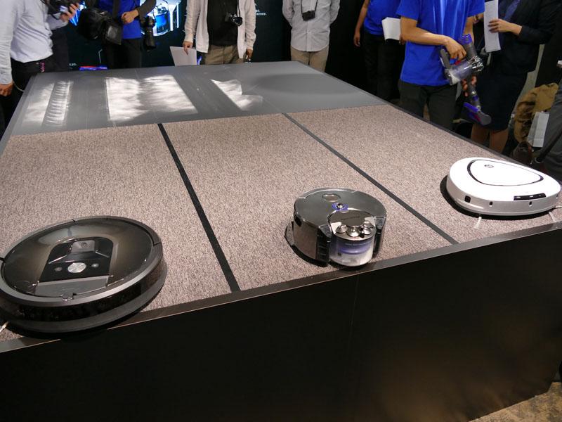 他社製品との比較デモを行なった。中央がダイソン 360 Eye ロボット掃除機