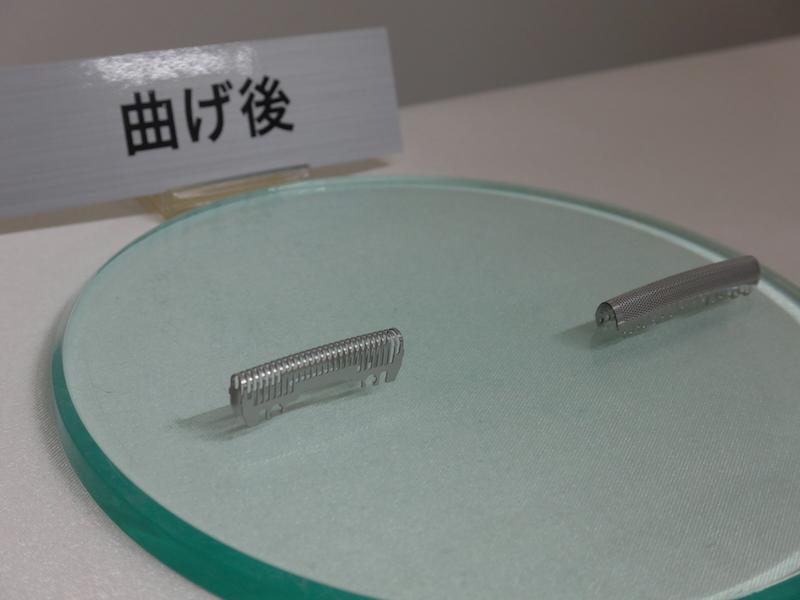 曲げられた内刃(右)と外刃(左)