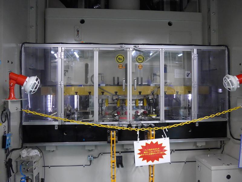 外刃のプレス機の隣では、内刃の鍛造工程が行なわれていた