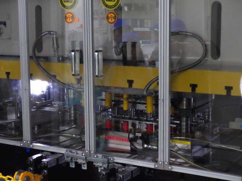 幅0.3mmの桟26本の打ち抜きと、鋭角30度のエッジ鍛造を1つの金型で加工していく(一体内刃鍛造工程)