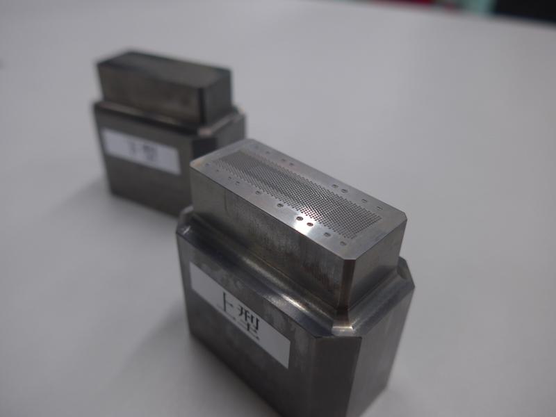 圧印工程で使用する、精巧に作られた金型。この金型を1つ製作するのに、3カ月掛かるという