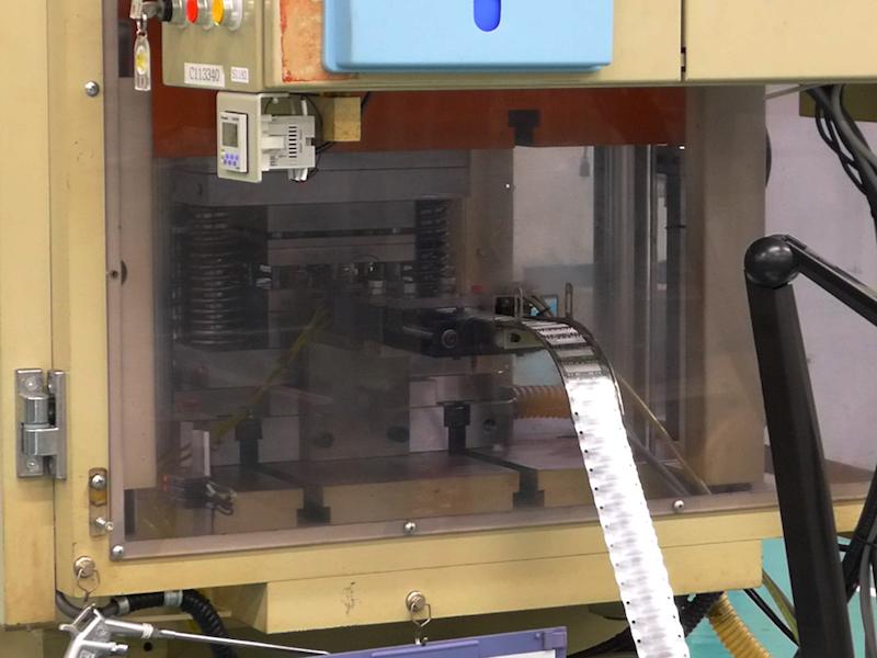 外刃のパターンを、素材の板にプレス加工していく工程(外刃鍛造圧印工程)
