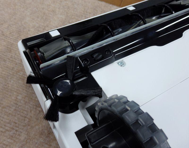 D型のデザインのため、ブラシの位置が本体前方壁際約1cmのところに配置されている
